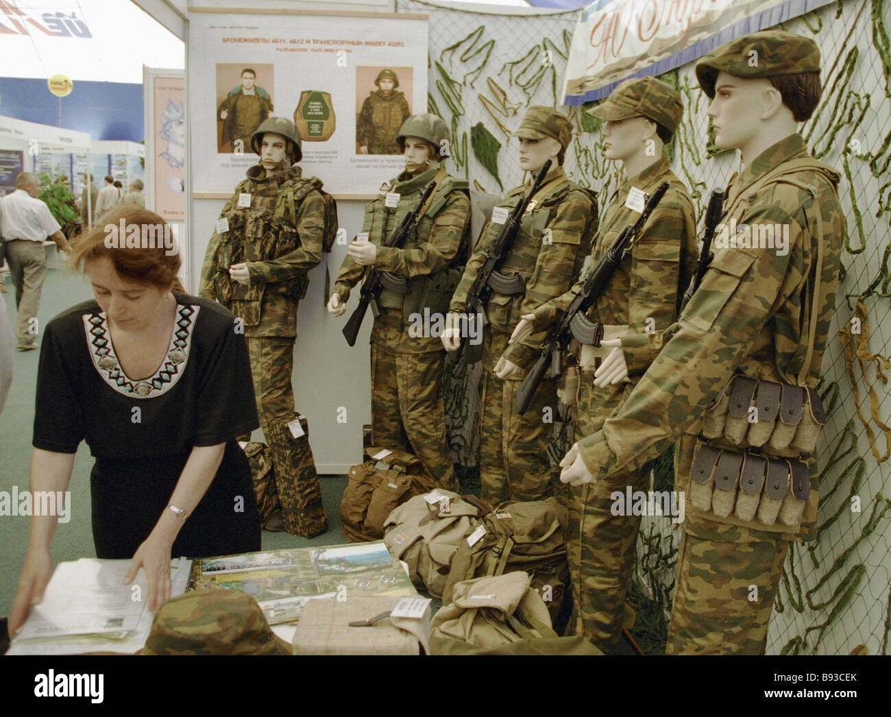 Dummies wearing infantry camouflage and bullet proof vests at the second Urals arms exhibition - Stock Image