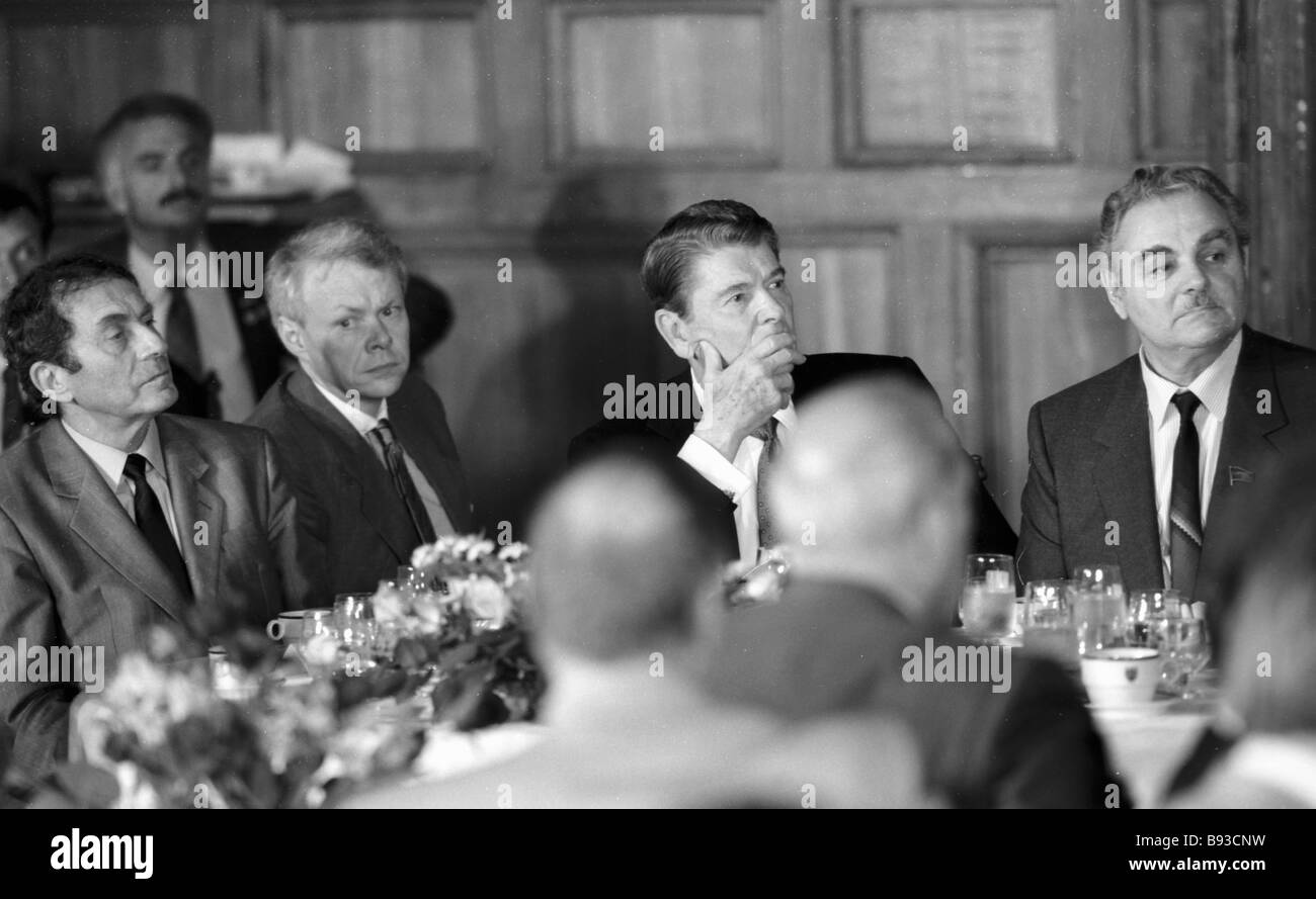U S President Ronald Reagan in the Central Writers House during his official visit to the U S S R - Stock Image