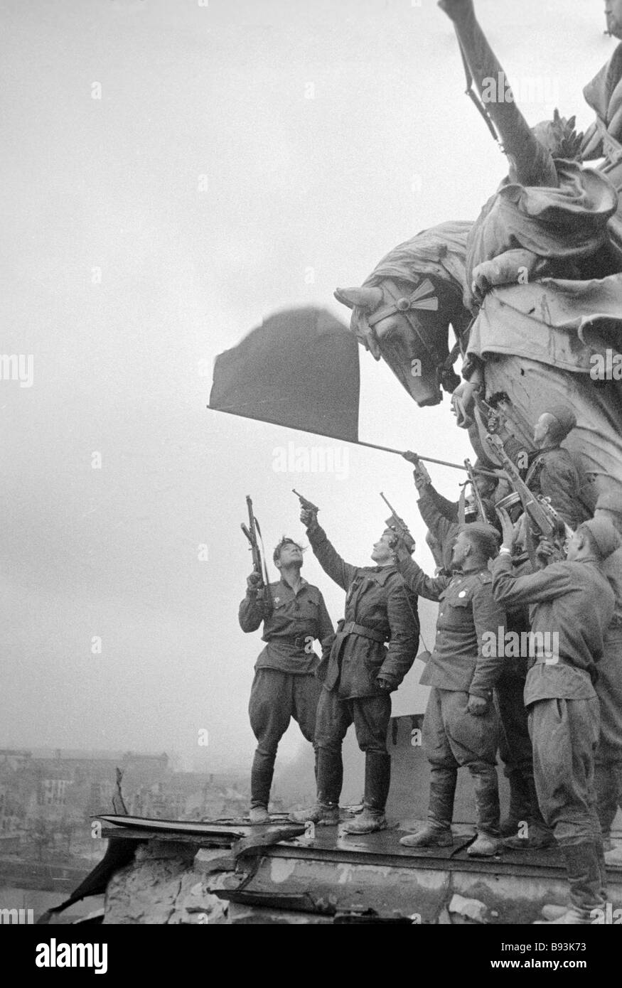 Soviet soldiers saluting on the pedestal of a monument - Stock Image
