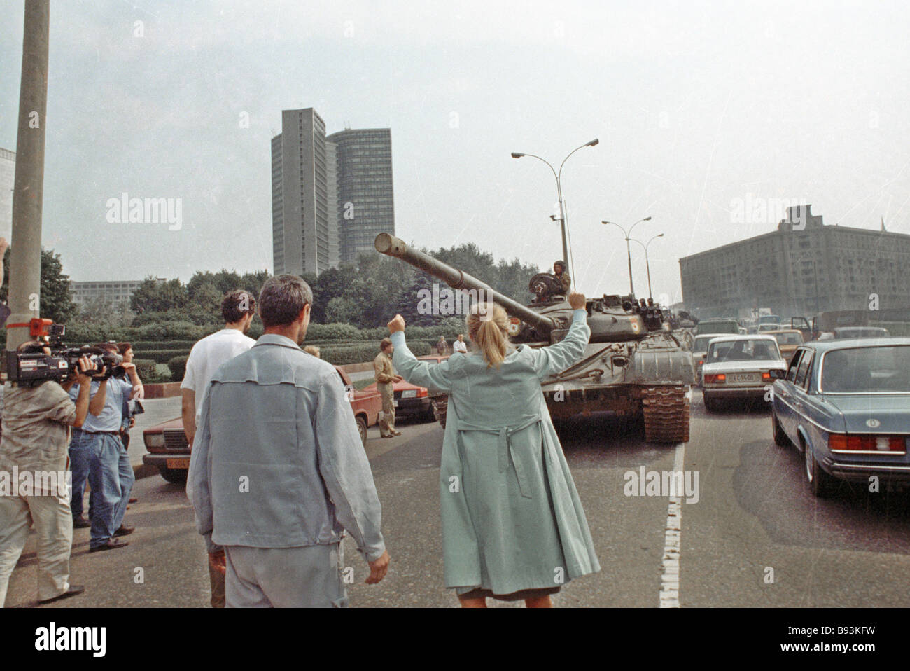 Muscovites block the way for military weaponry during the GKChP coup - Stock Image