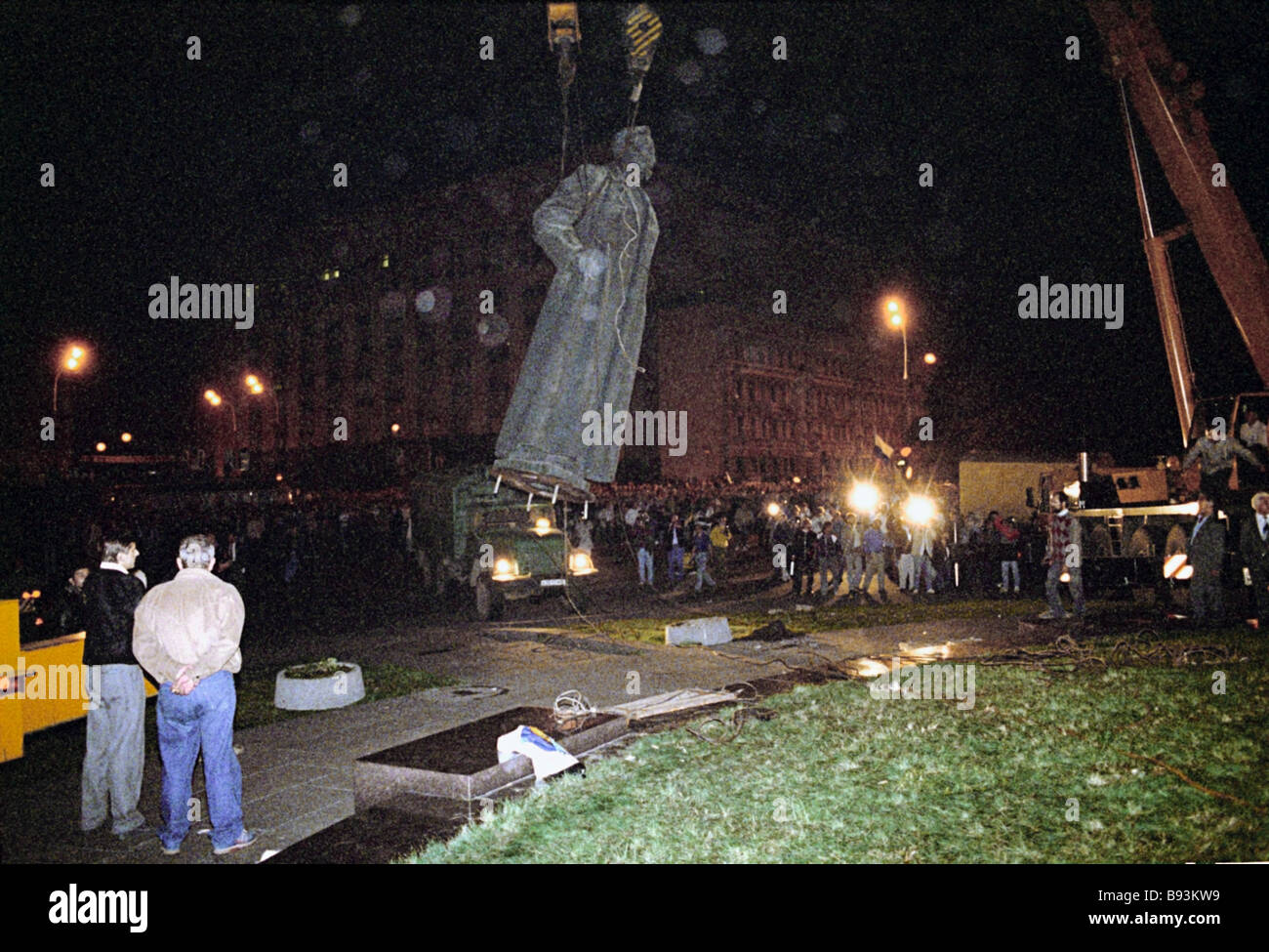 Dismantling monument to Felix Dzerzhinsky on Moscow s Dzerzhinsky Square in the early hours of August 23 1991 on - Stock Image