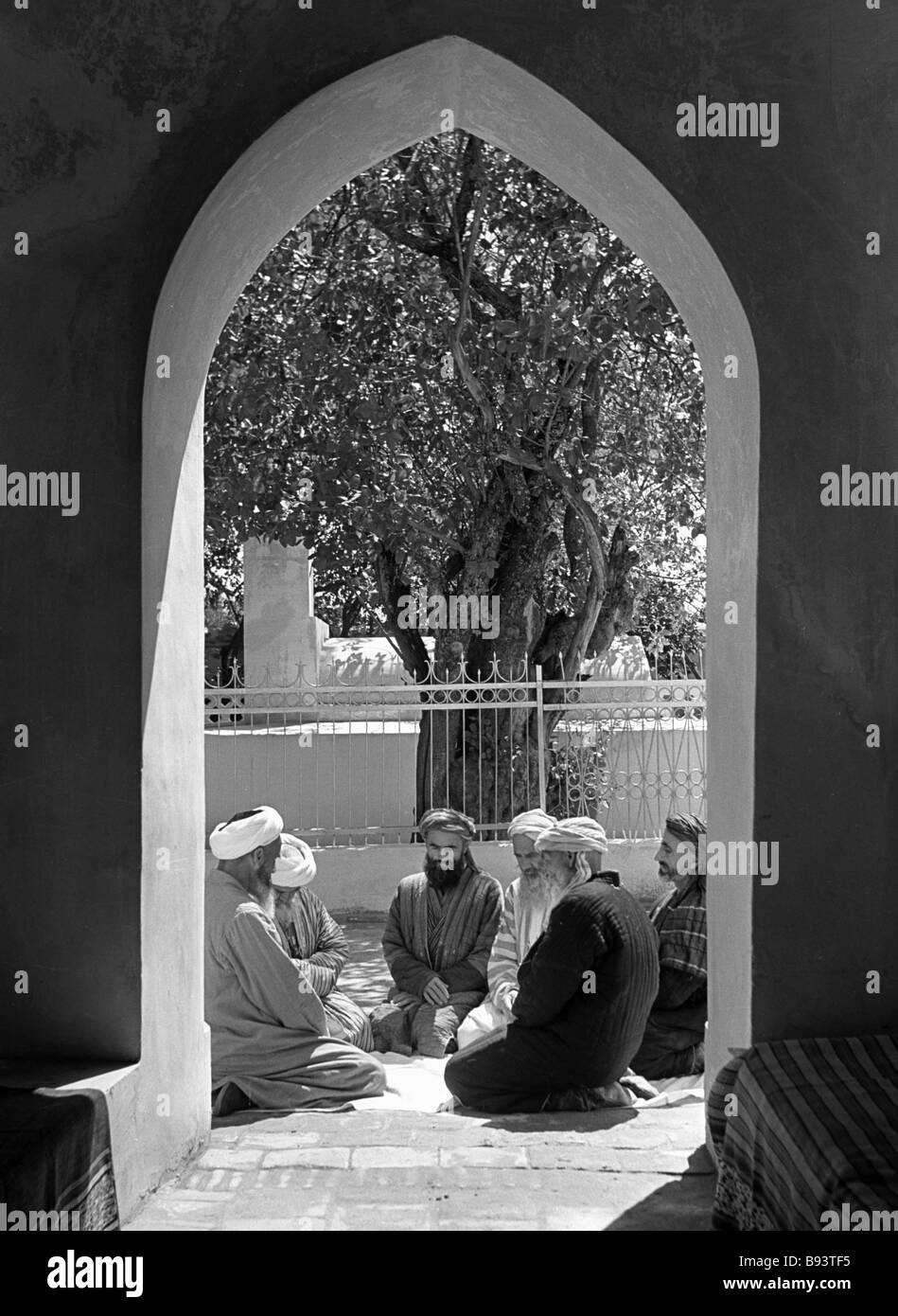 Tashkent Muslims conversing in a mosque yard - Stock Image