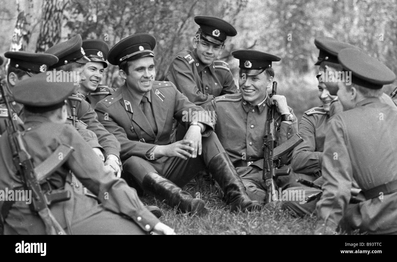 Cadets of the Moscow Mossovet Border Guards Command Higher School of the USSR KGB at rest during the exercises - Stock Image
