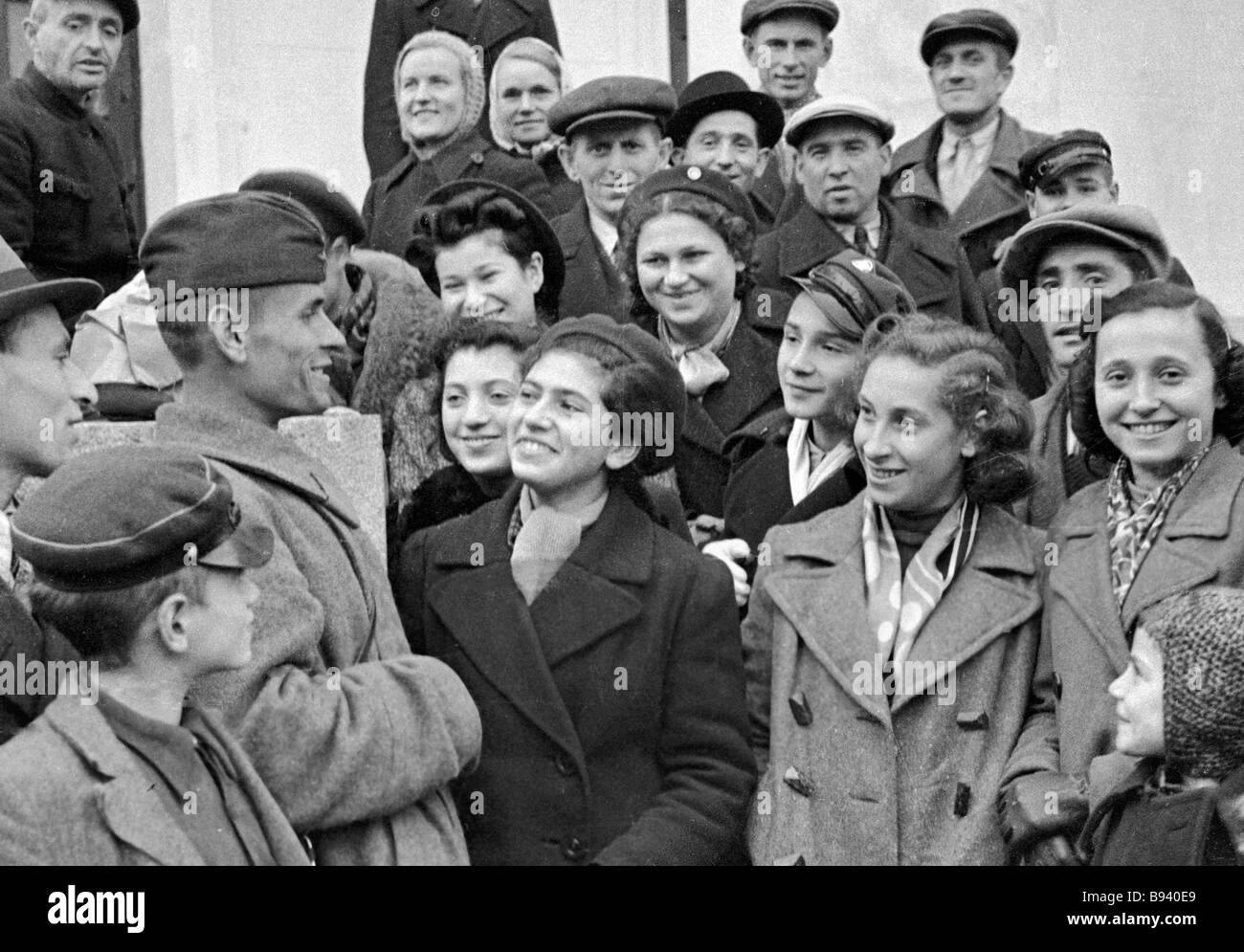 A Soviet soldier talking to Vilno residents in the first days of Lithuania s annexation to the Soviet Union - Stock Image