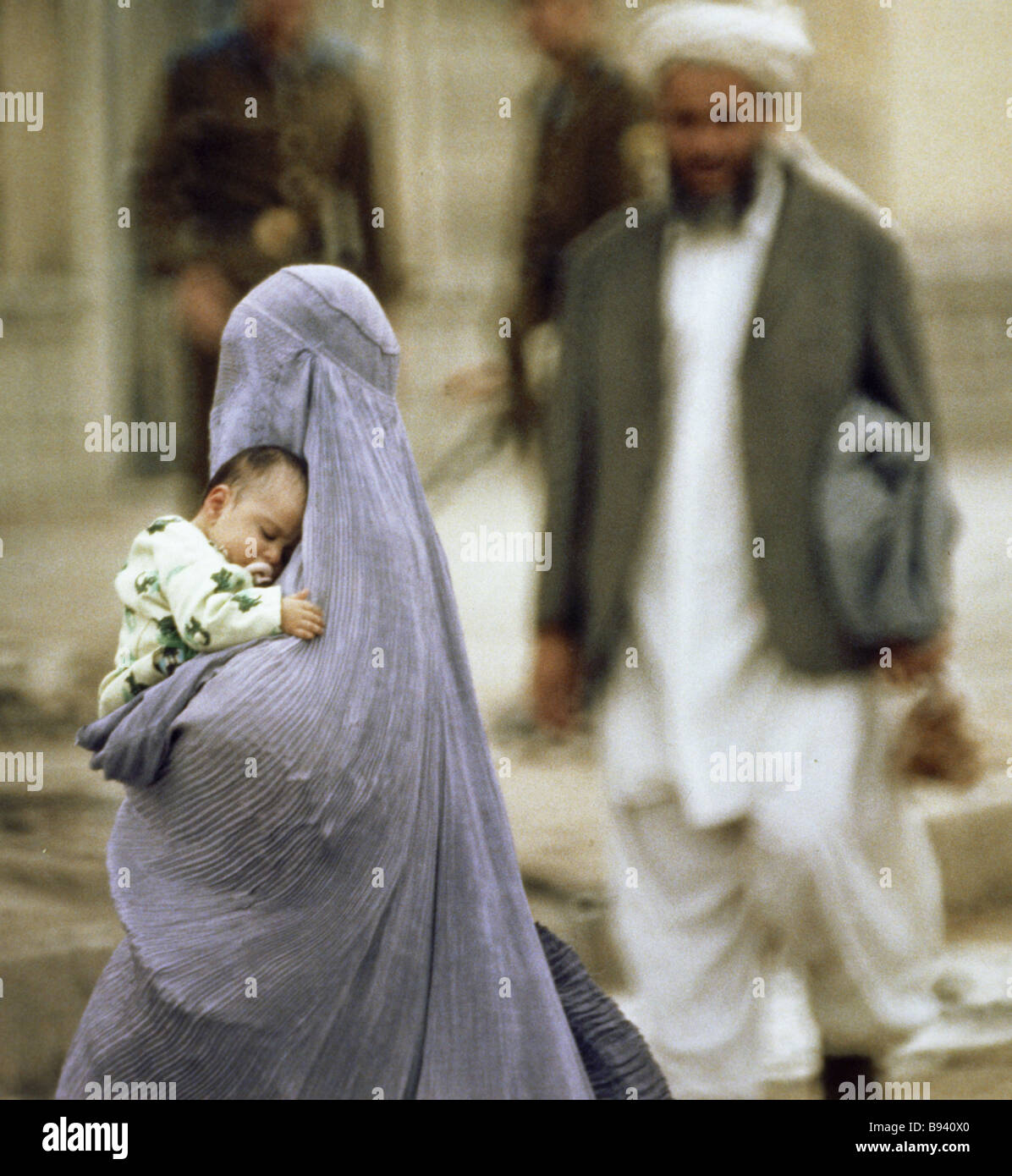 A Kabul woman with a baby in her arms - Stock Image
