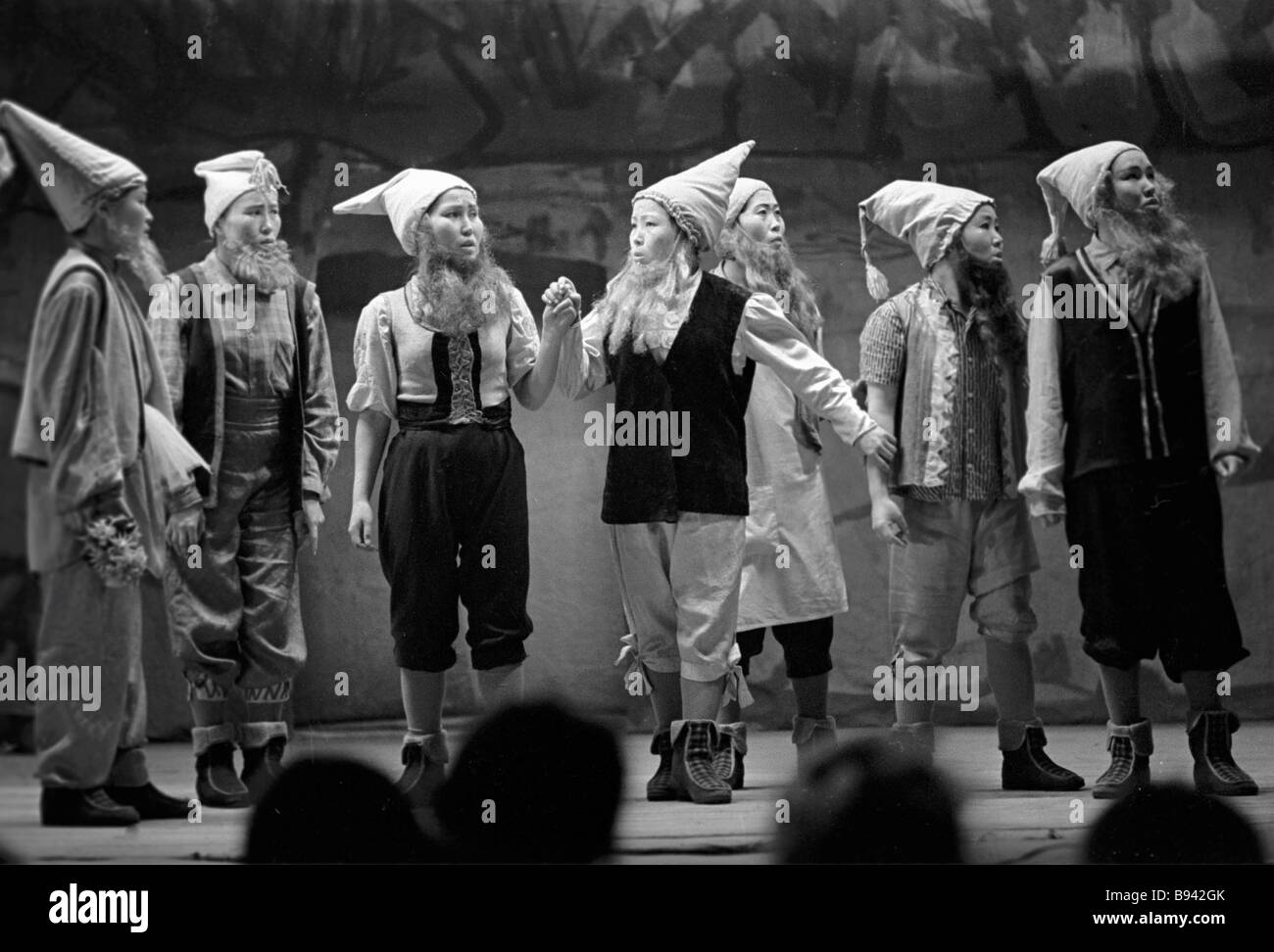 Students of the Kyzyl Art School performing The Snow White and Seven Dwarfs - Stock Image