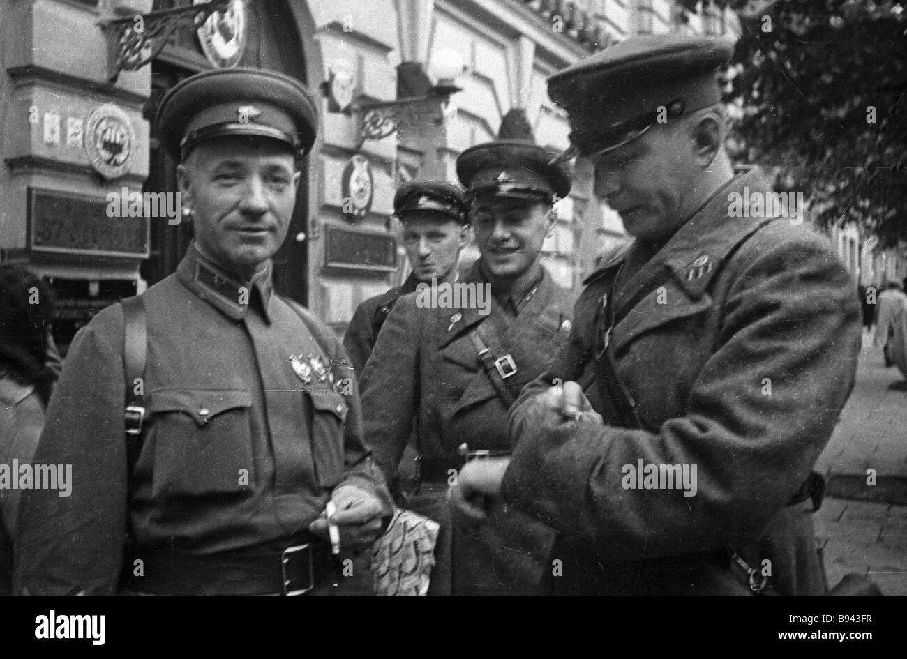 From right to left writers Vladimir Lugovskoi and Yevgeny Dolmatovsky with commander Ya T Chervichenko in Vilno - Stock Image