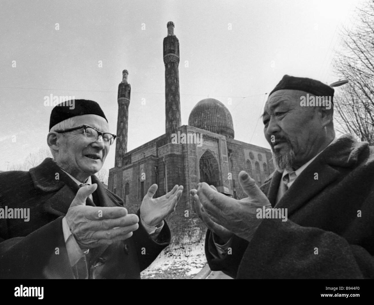 Leningrad s Muslims near mosque - Stock Image