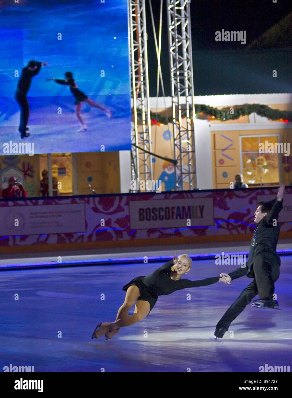 Synchronized pairs in the Ice Show of Moscow and St Petersburg Oksana Domnina and Maxim Shabalin foreground in St - Stock Image