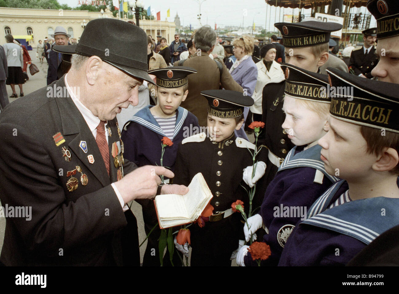 Second world war veteran talking to young sailors on V Day in the Gorky park - Stock Image
