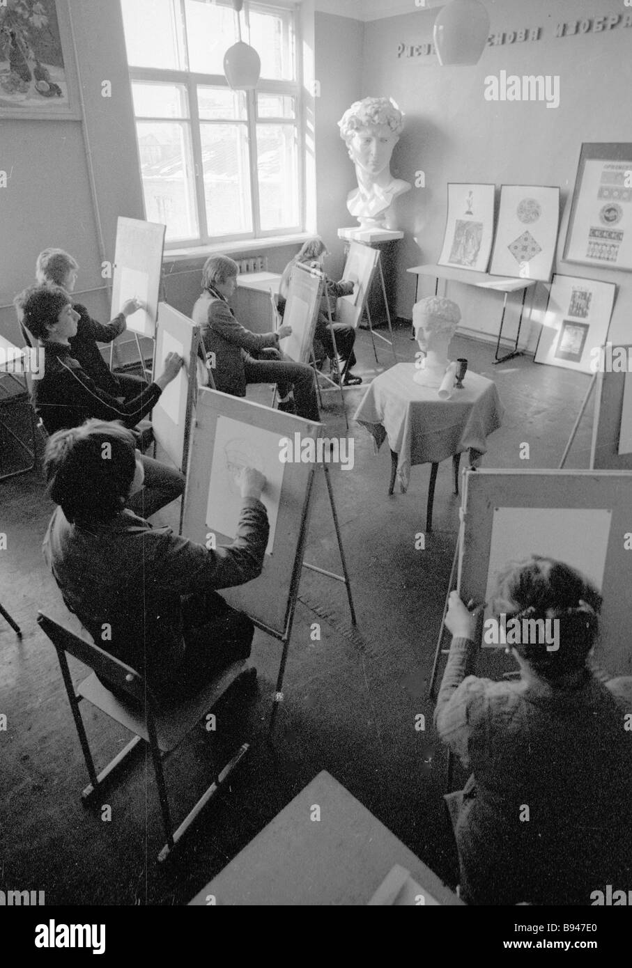 Students of Vocational Training School 42 at the drawing classes - Stock Image