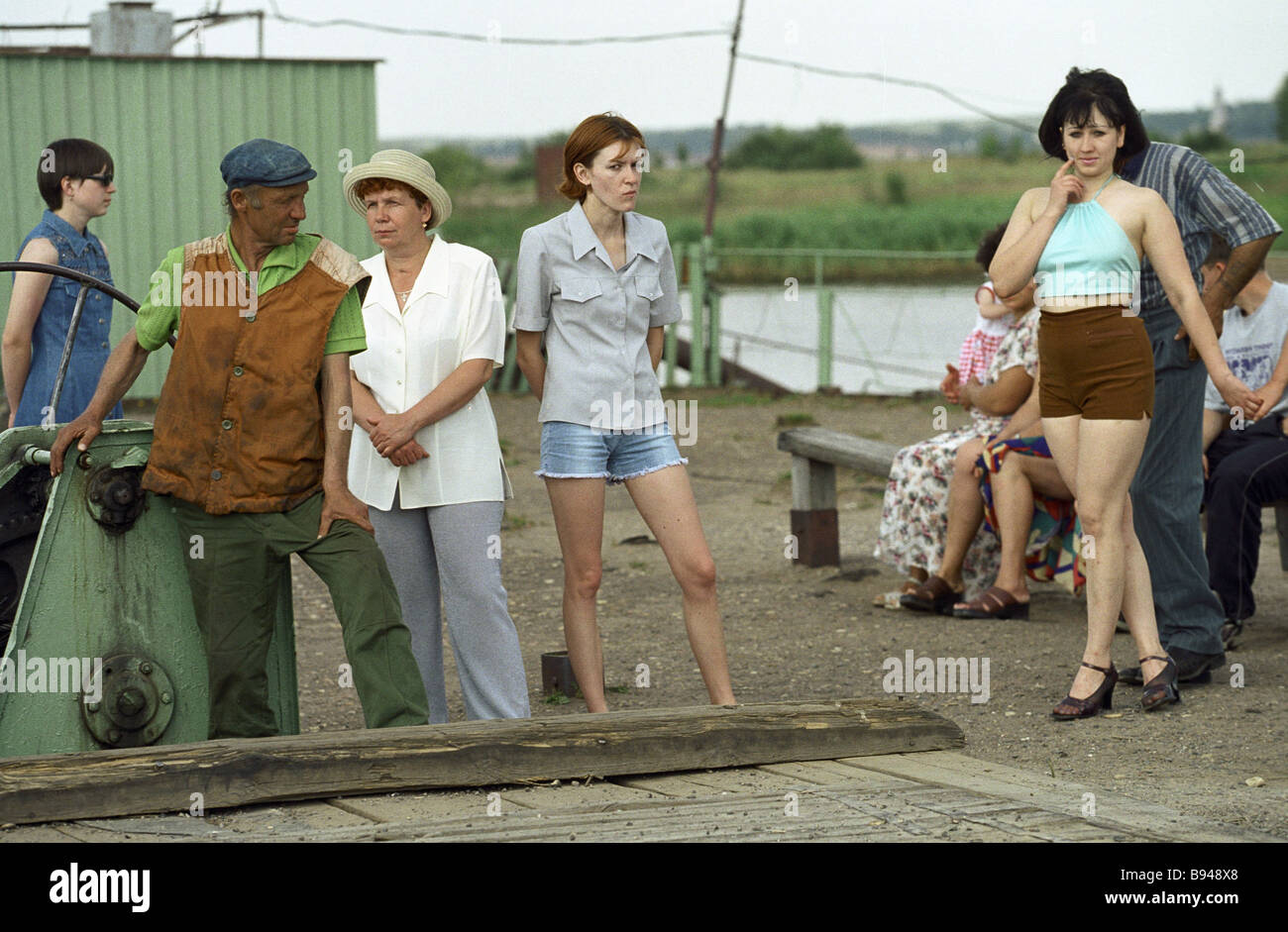 Residents of the town of Myshkin waiting for a ferry vessel - Stock Image
