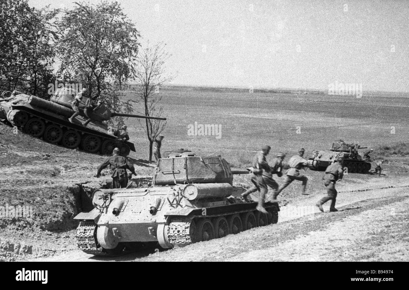 Soviet tanks and infantry fighting on the approaches to Vienna - Stock Image
