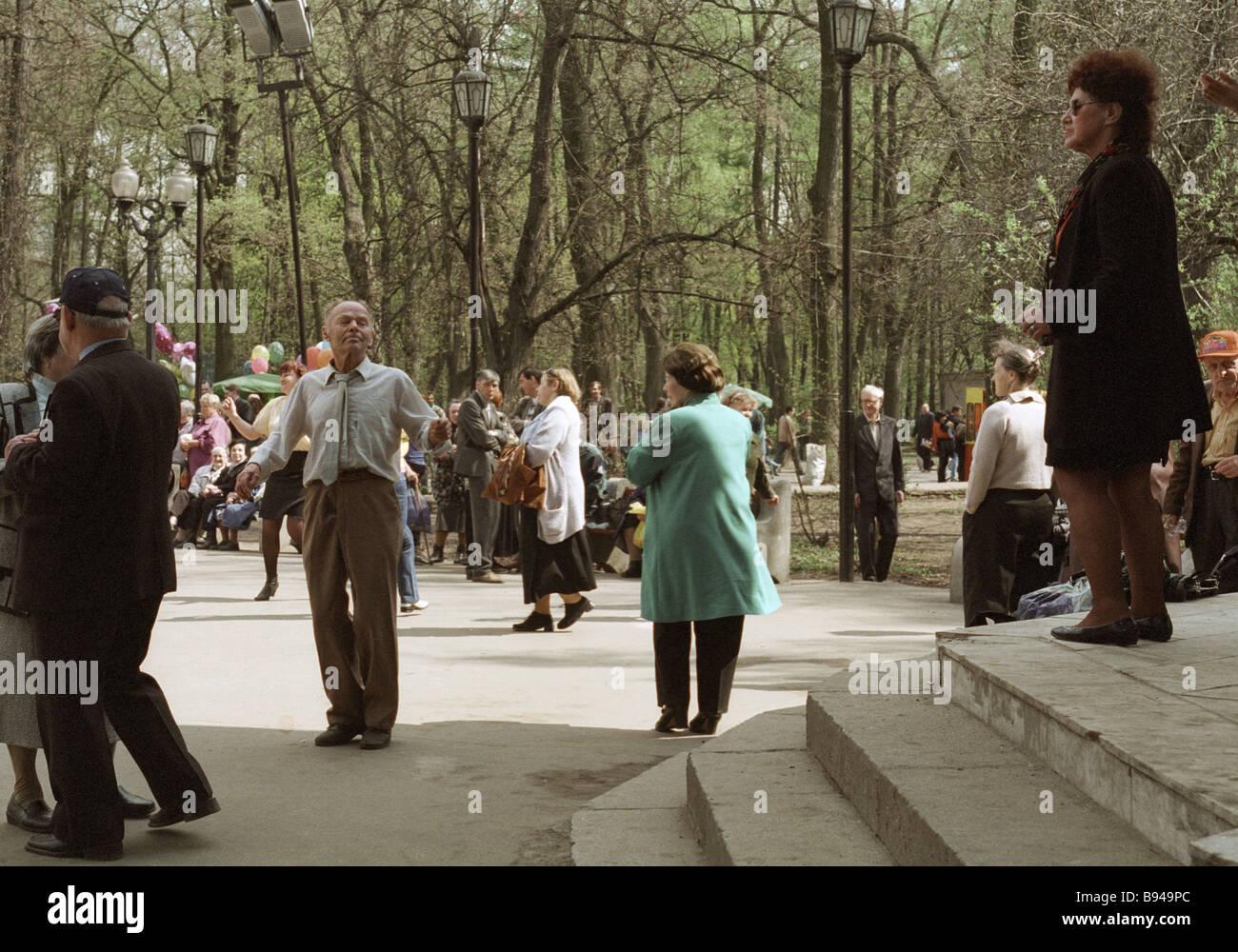 Moscow residents in Sokolniki park - Stock Image