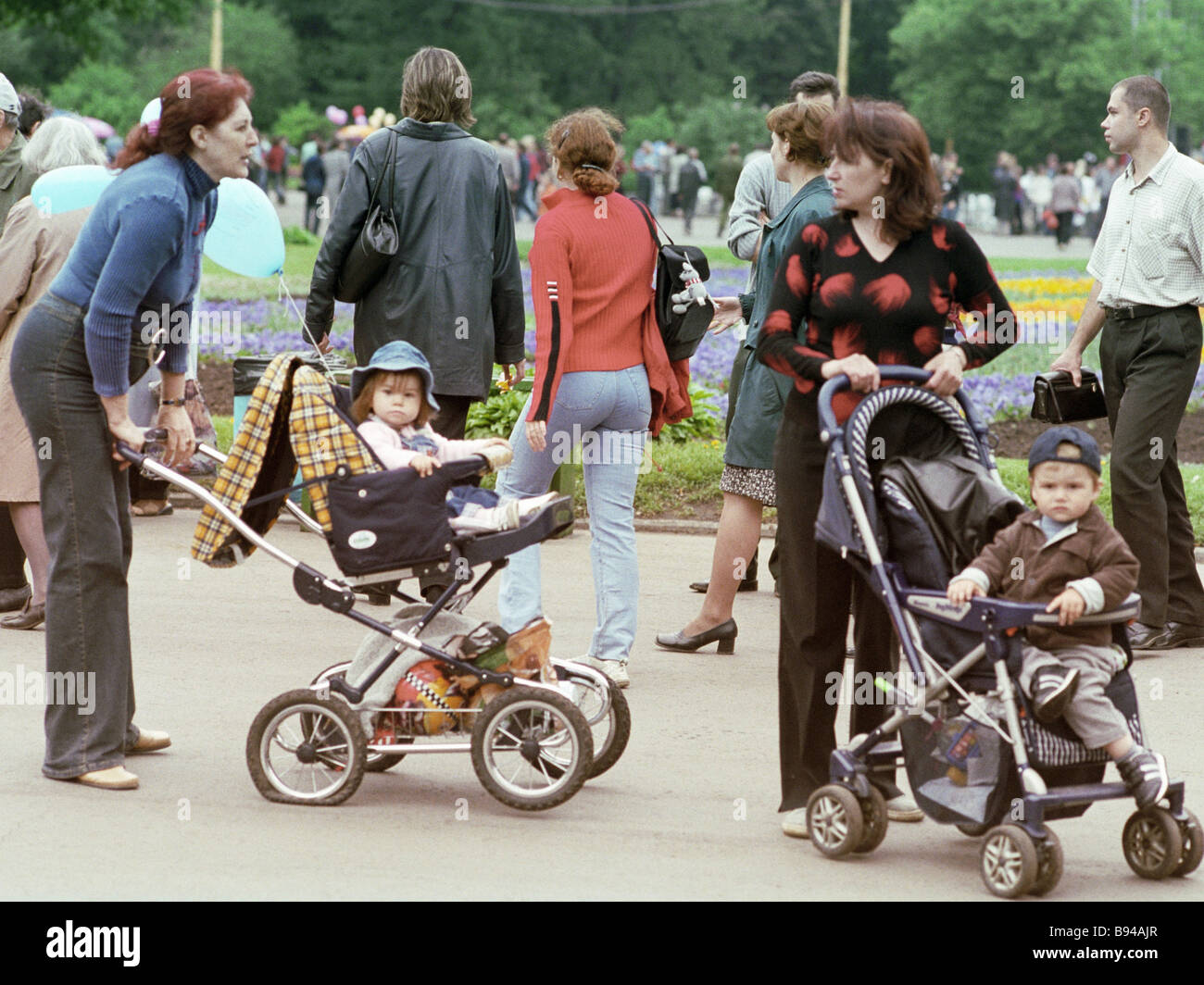 Muscovites and guests of the capital strolling about Sokolniki Park - Stock Image