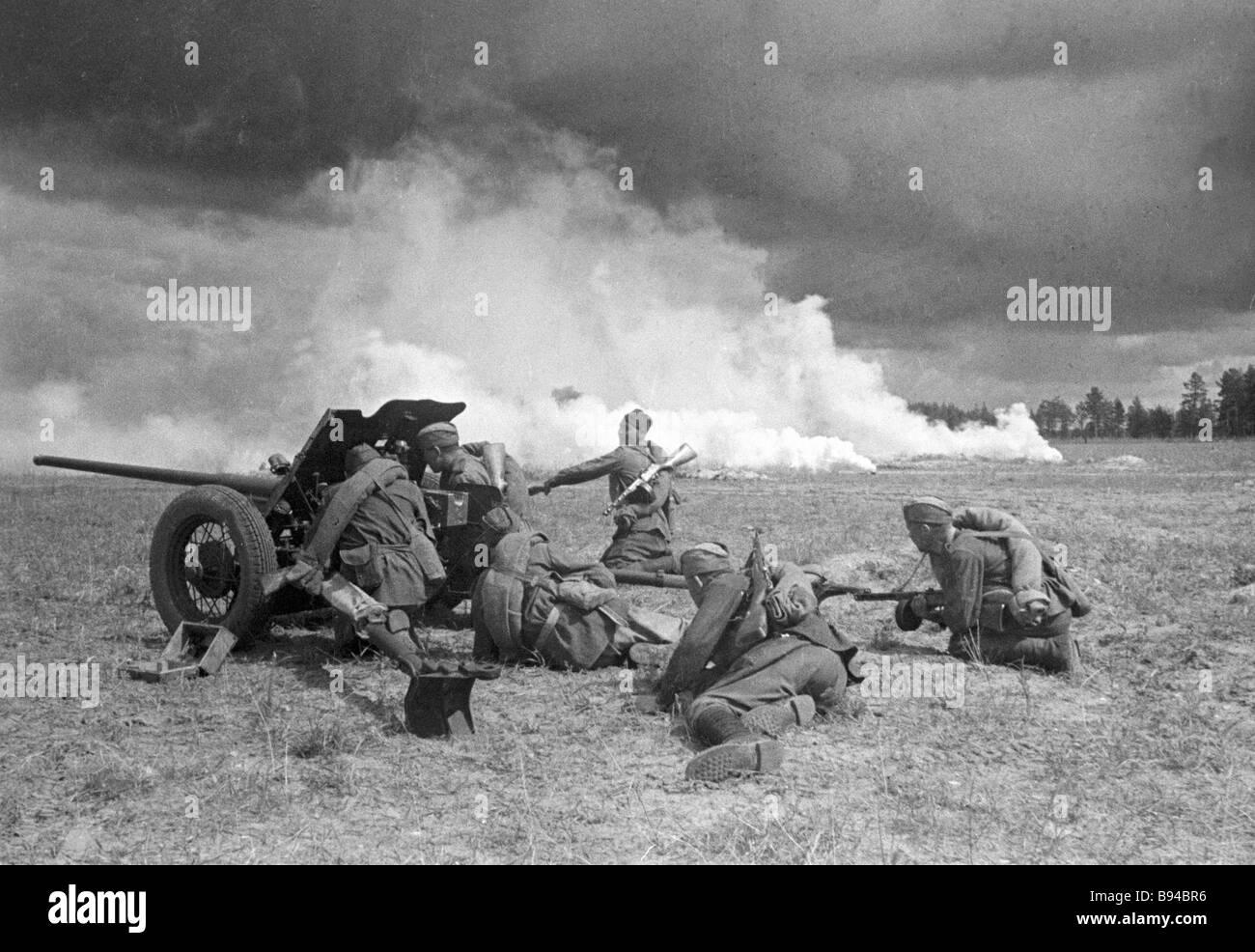 Central front gunners battering Direct fire from sorokopyatka a 45 mm antitank gun - Stock Image