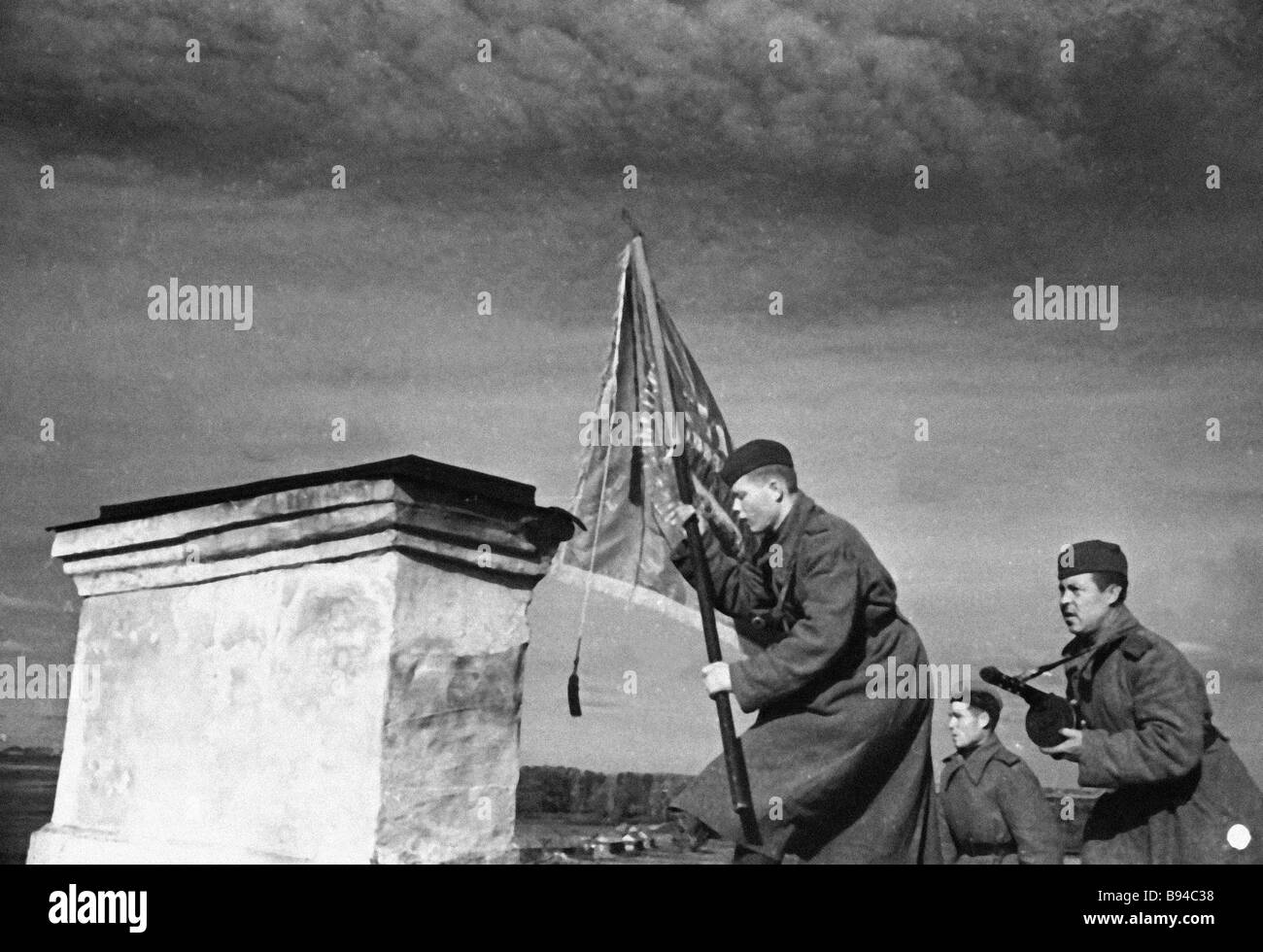 Soldiers of the 21st Nevel Guards Division hoist banner over Nevel city - Stock Image