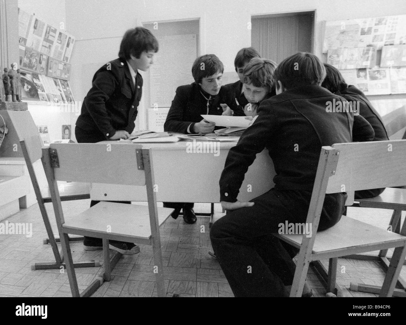 Pupils of Secondary School 110 looking at photos in the school s Memory Museum - Stock Image
