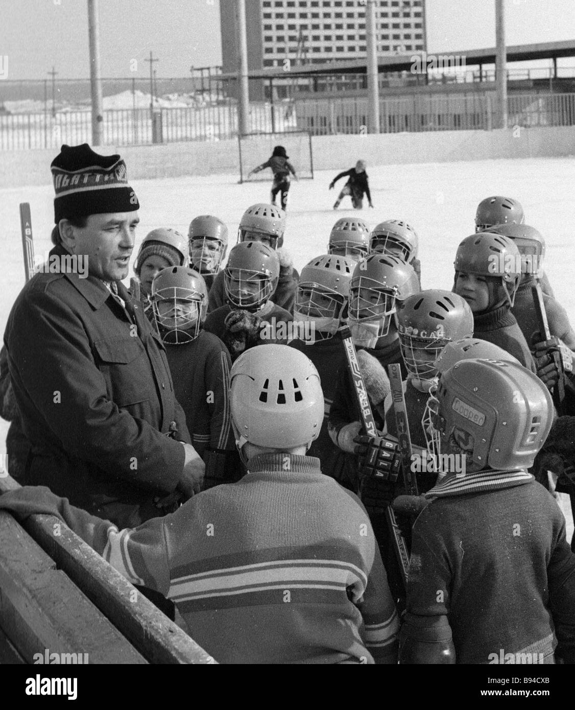 Budding hockey players listening to the story of the USSR circular track racing champion Nikolai Bakhrumov - Stock Image