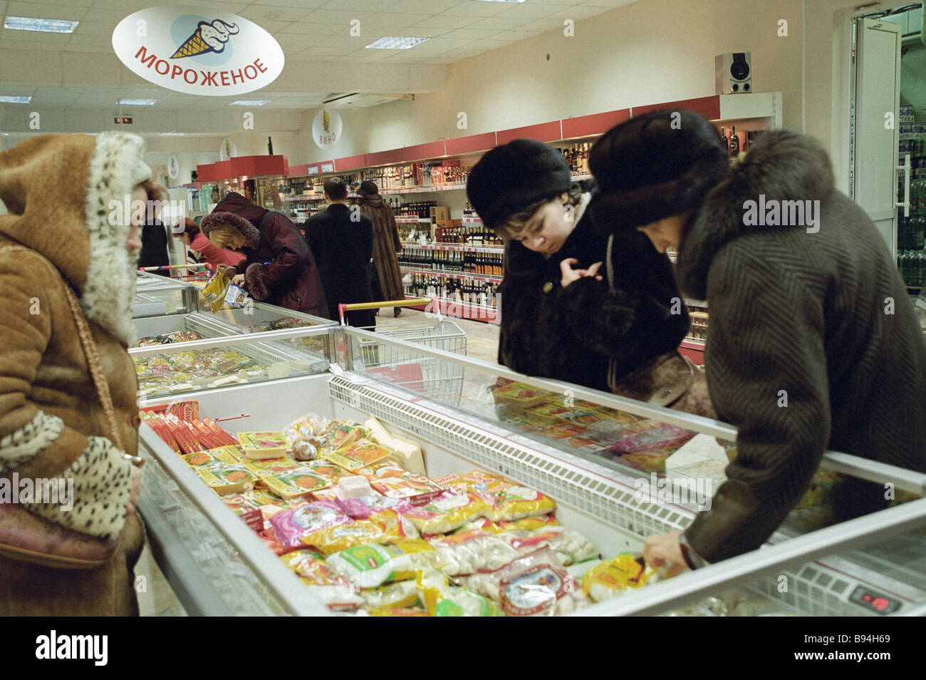 Buyers at Noyabrsk supermarket - Stock Image