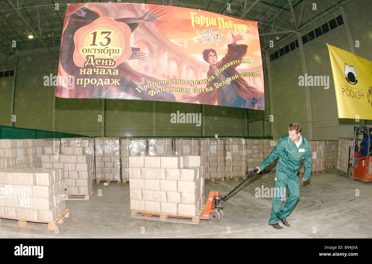 Delivering 1 8 million copies of book Harry Potter and the Gift of Death the seventh novel in the series from depository - Stock Image