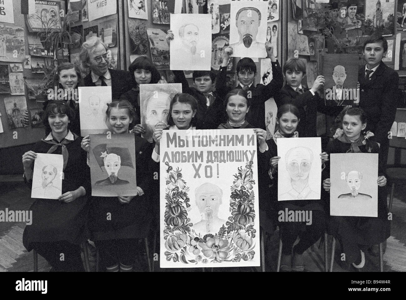 Art school pupils with their work Ho Chi Minh portraits - Stock Image