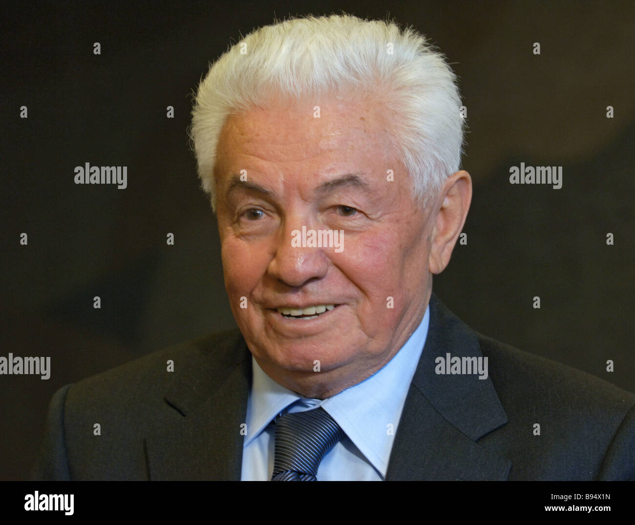 Writer Vladimir Voinovich celebrates his 75th birthday with a reading at the concert hall of the Kosmos hotel - Stock Image
