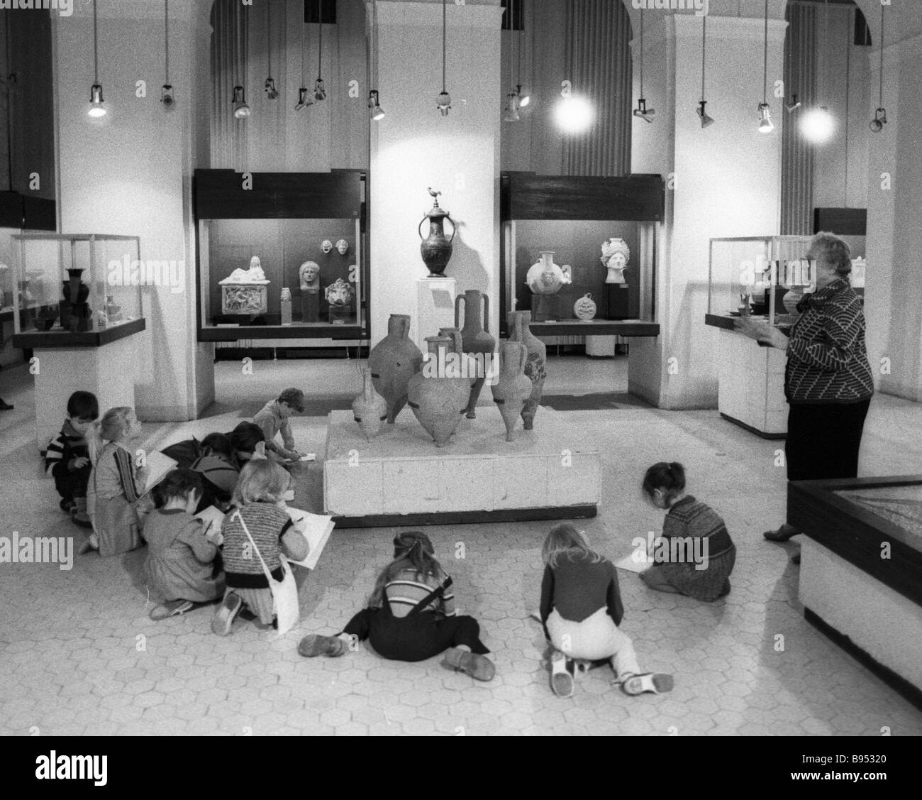 Children draw in the antique art hall of the State Pushkin Museum of Fine Arts - Stock Image