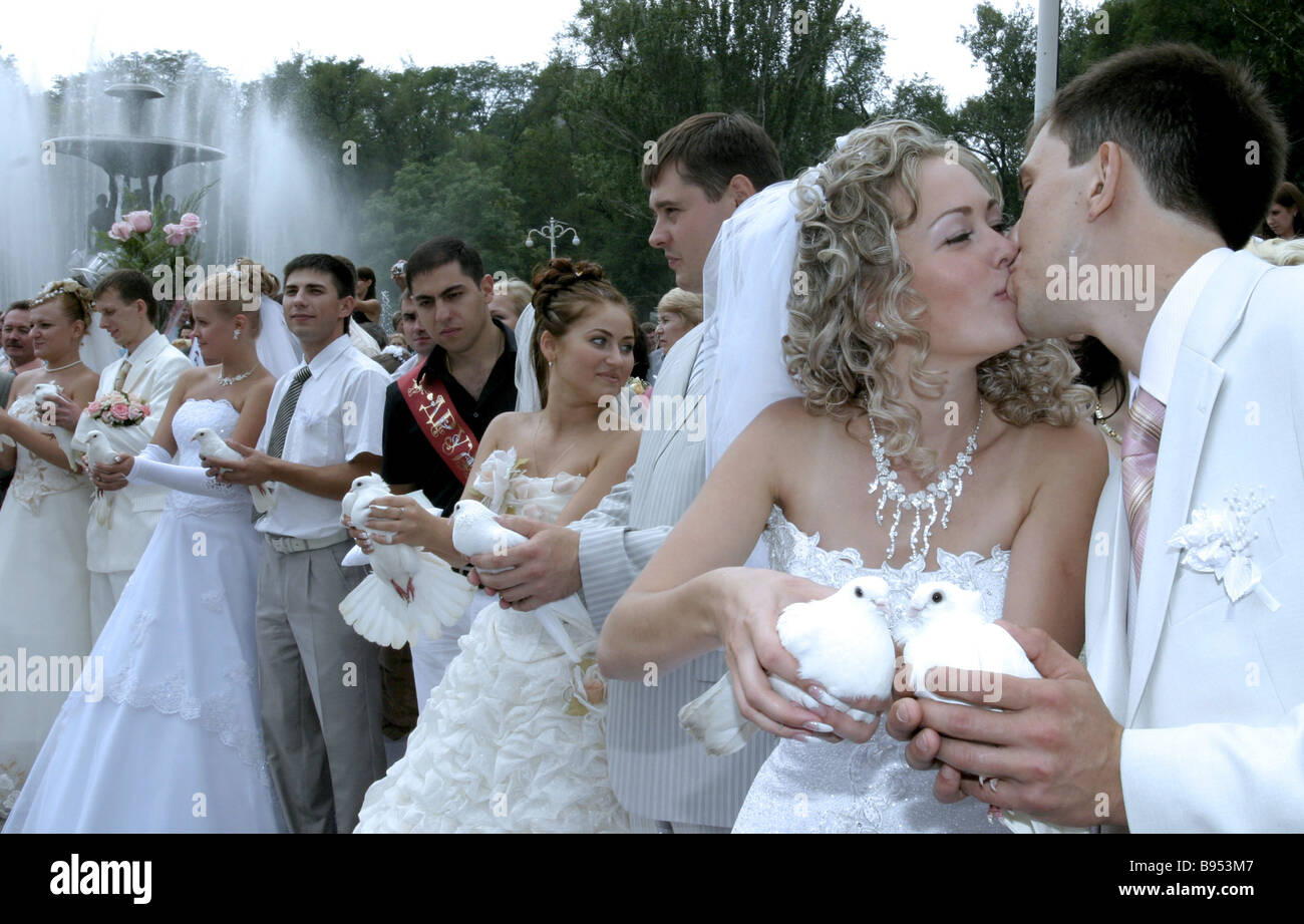 People deem July 7 2007 with its three 7 s an auspicious day for a wedding Here 21 newlywed couples in the central - Stock Image