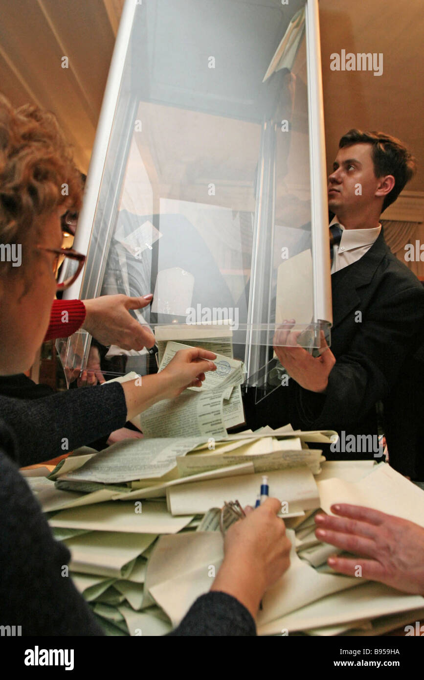 Ballot count at a polling station in Kyiv - Stock Image