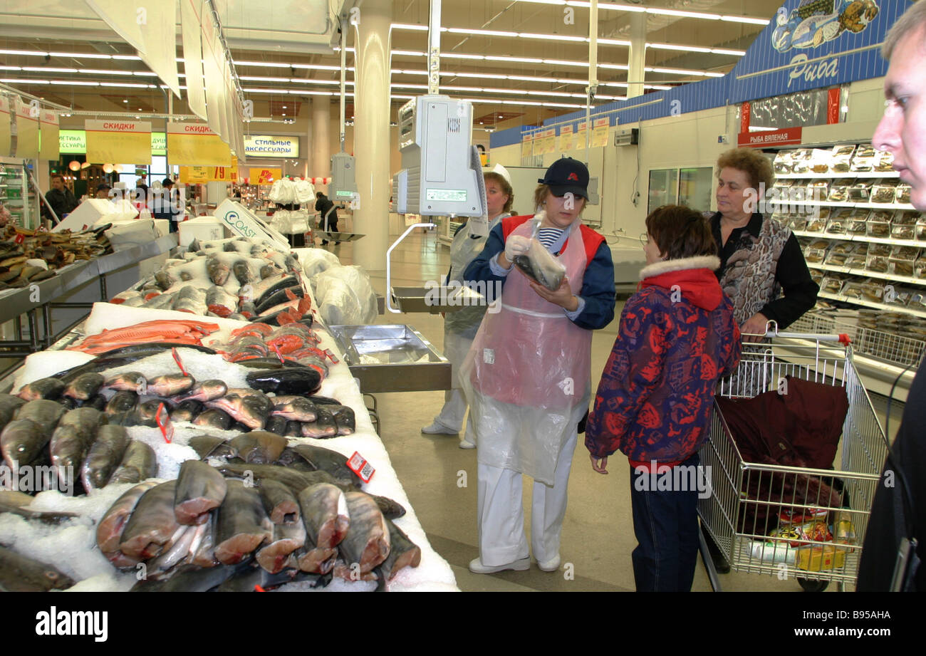 First buyers at the Auchan new hypermarket on Lyublinskaya Street - Stock Image