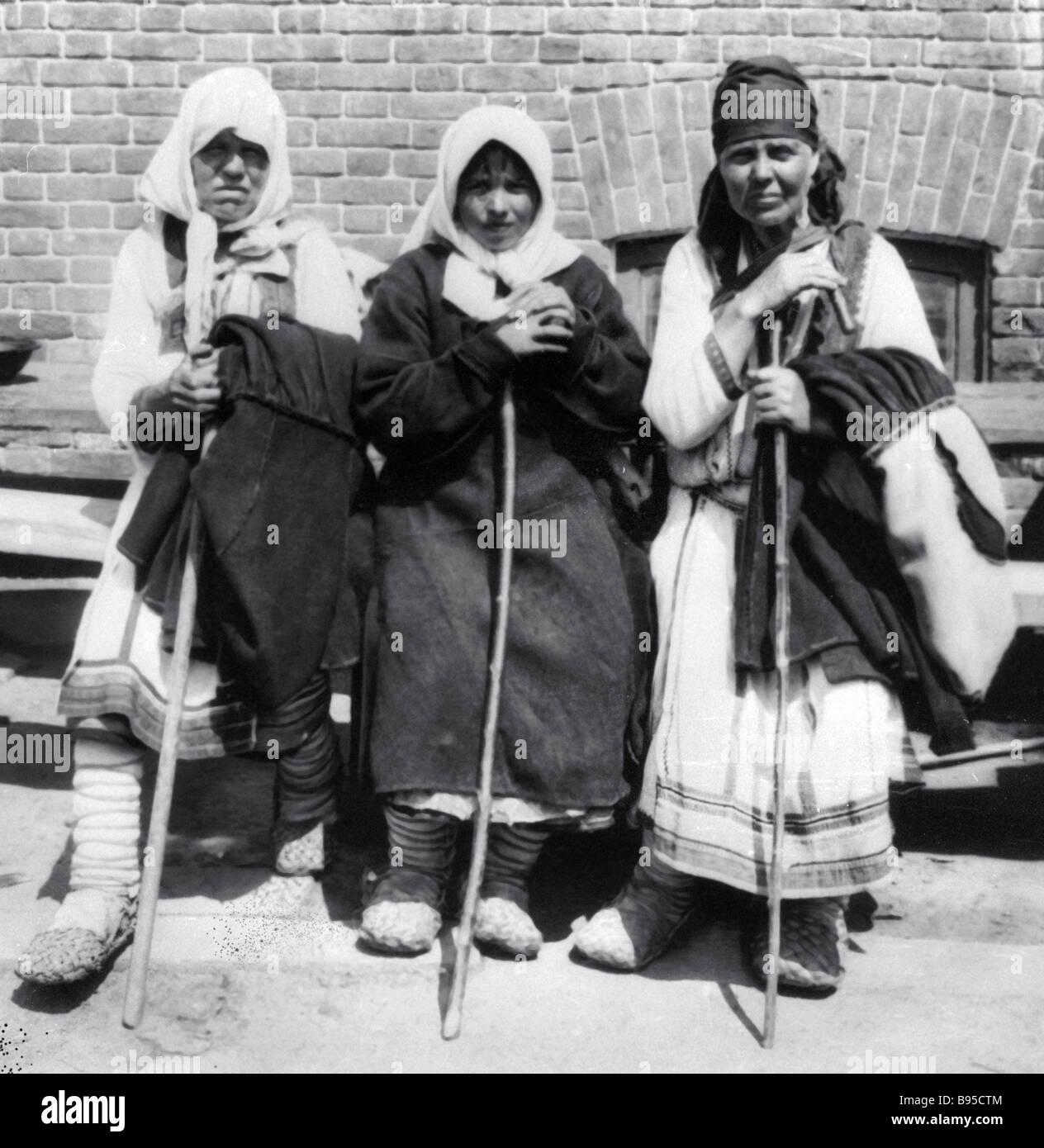 Women pilgrims at the walls of the Ponetayevsky Monastery - Stock Image