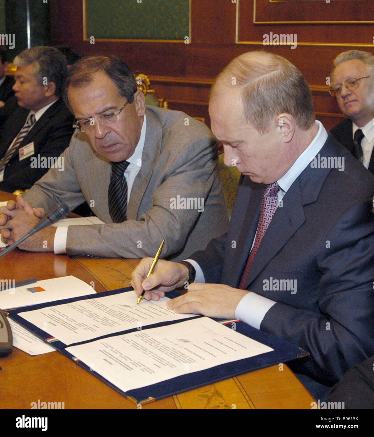 Russian President Vladimir Putin signing a protocol on founding a Central Asia and the Caucasus Regional Program - Stock Image