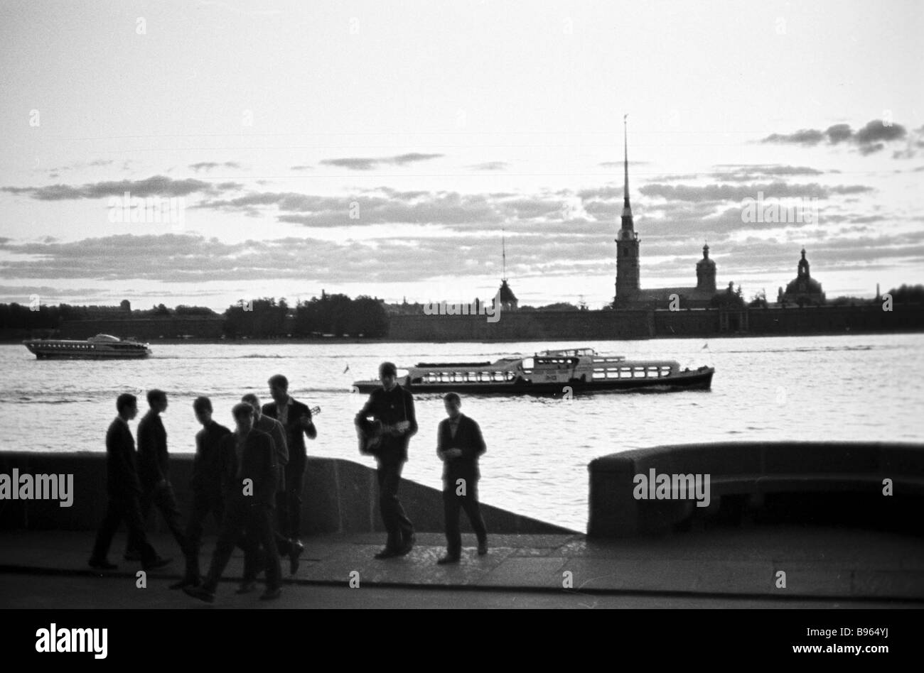 Young people in the Neva embankment on white nights - Stock Image
