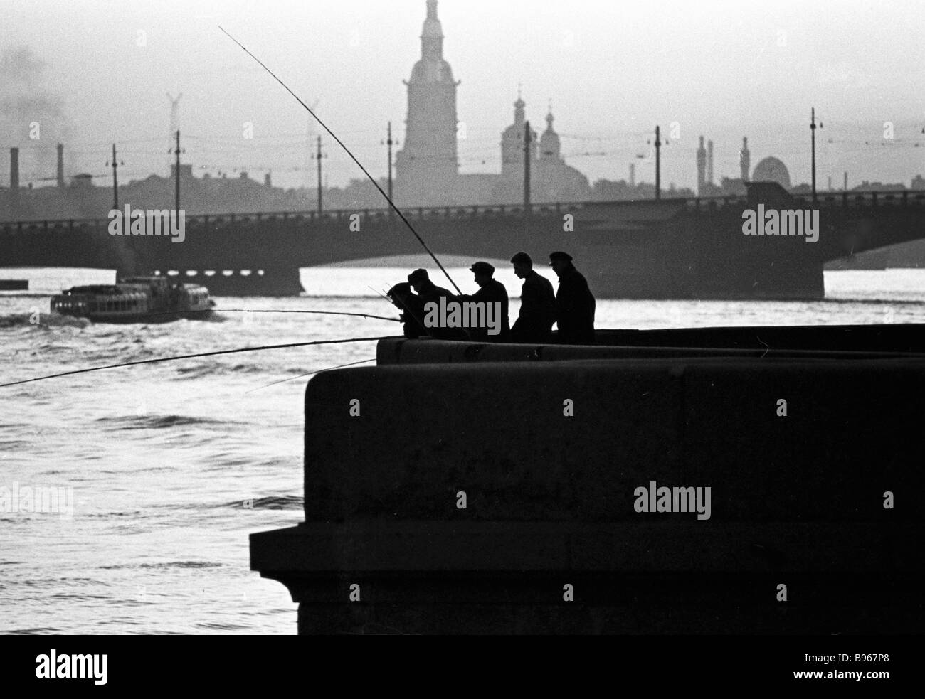 Fishermen in the Neva embankment on white nights - Stock Image