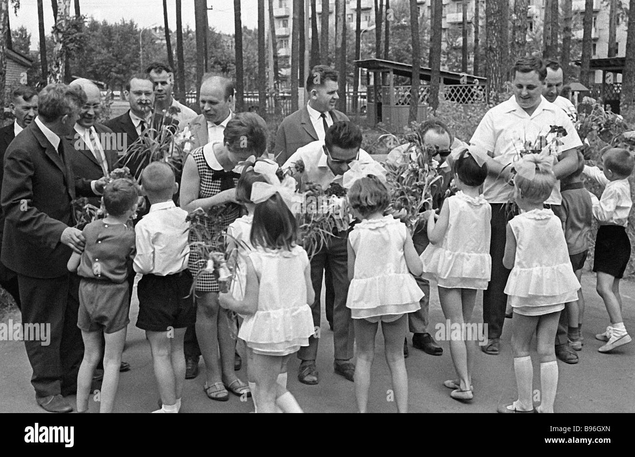Visitors from East Germany in a kindergarten - Stock Image