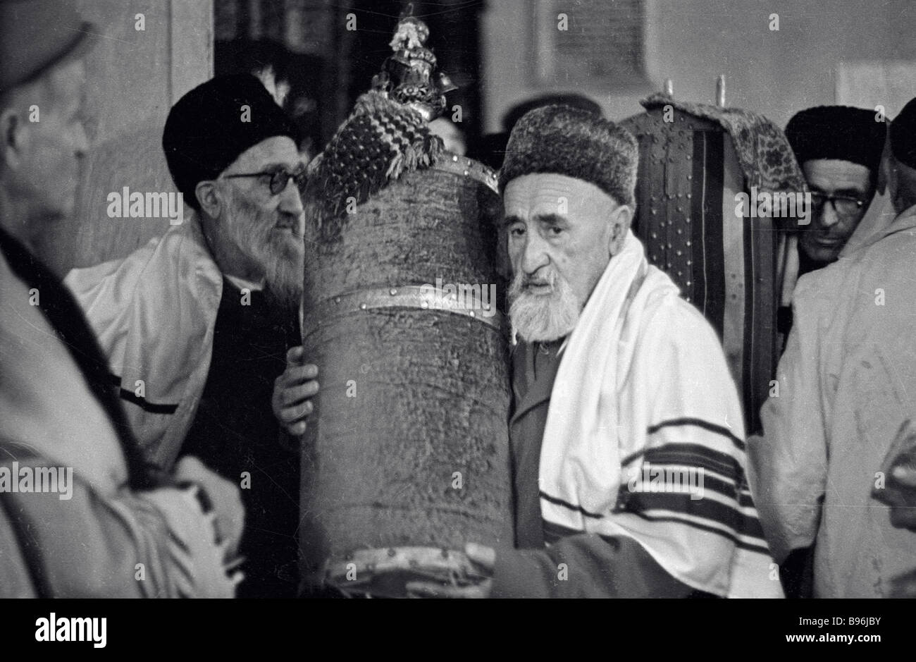 Believers with Torah scroll at Tashkent Synagogue - Stock Image