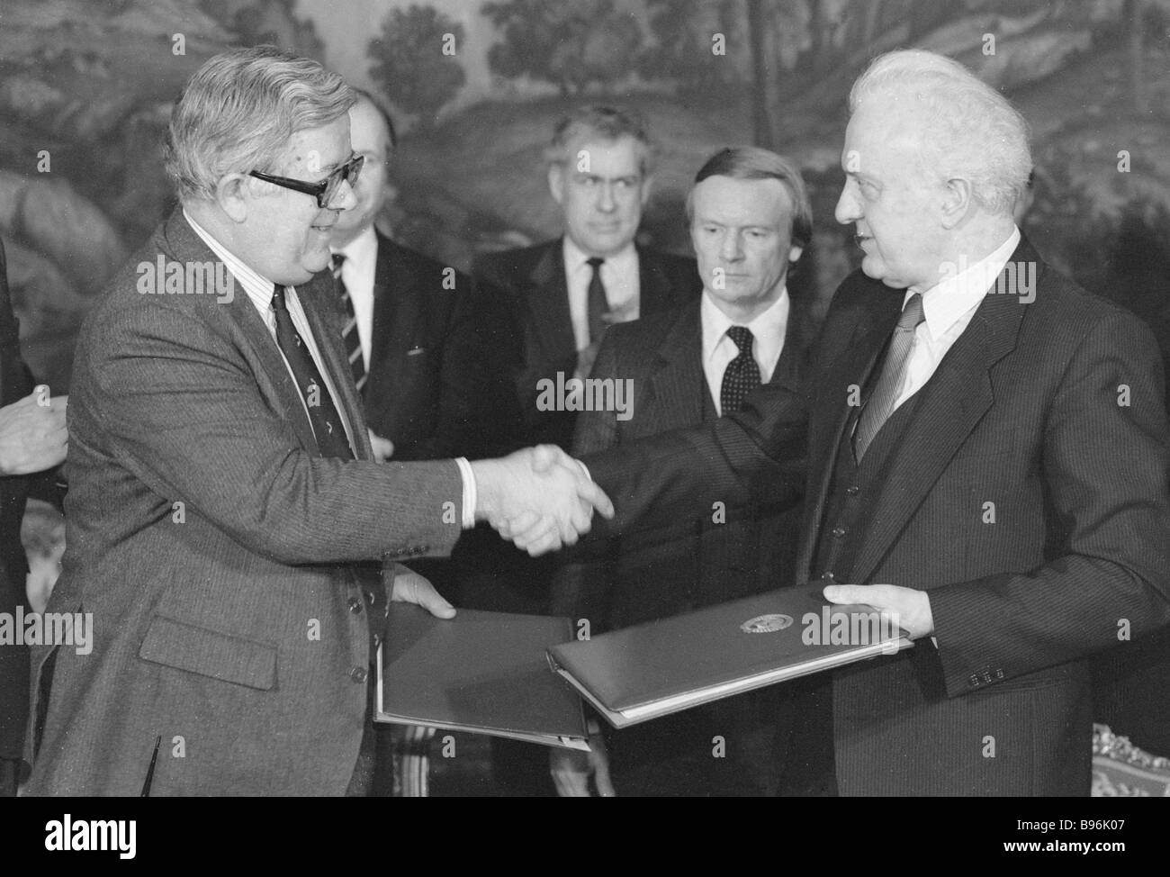 Sir Geoffrey Howe Great Britain s Secretary of State for Foreign and Commonwealth Affairs left and Eduard Shevardnadze - Stock Image