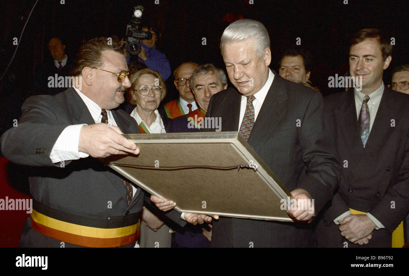 Russian President Boris Yeltsin receiving a memento in the town hall during the official visit to Belgium - Stock Image