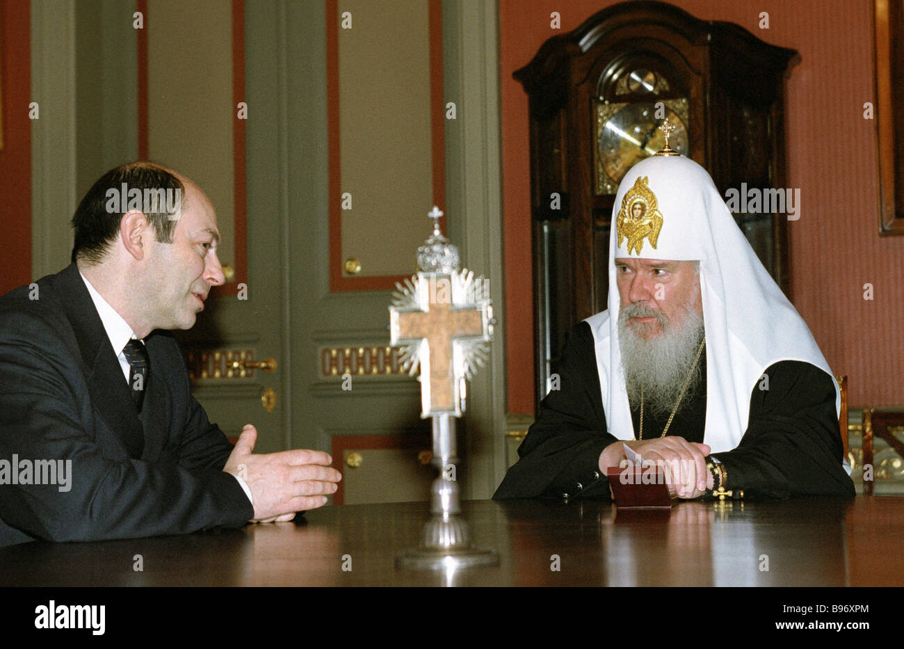 Patriarch of Moscow and all Russia Alexis II right talks to the RU Security Council secretary Vladimir Rushailo - Stock Image