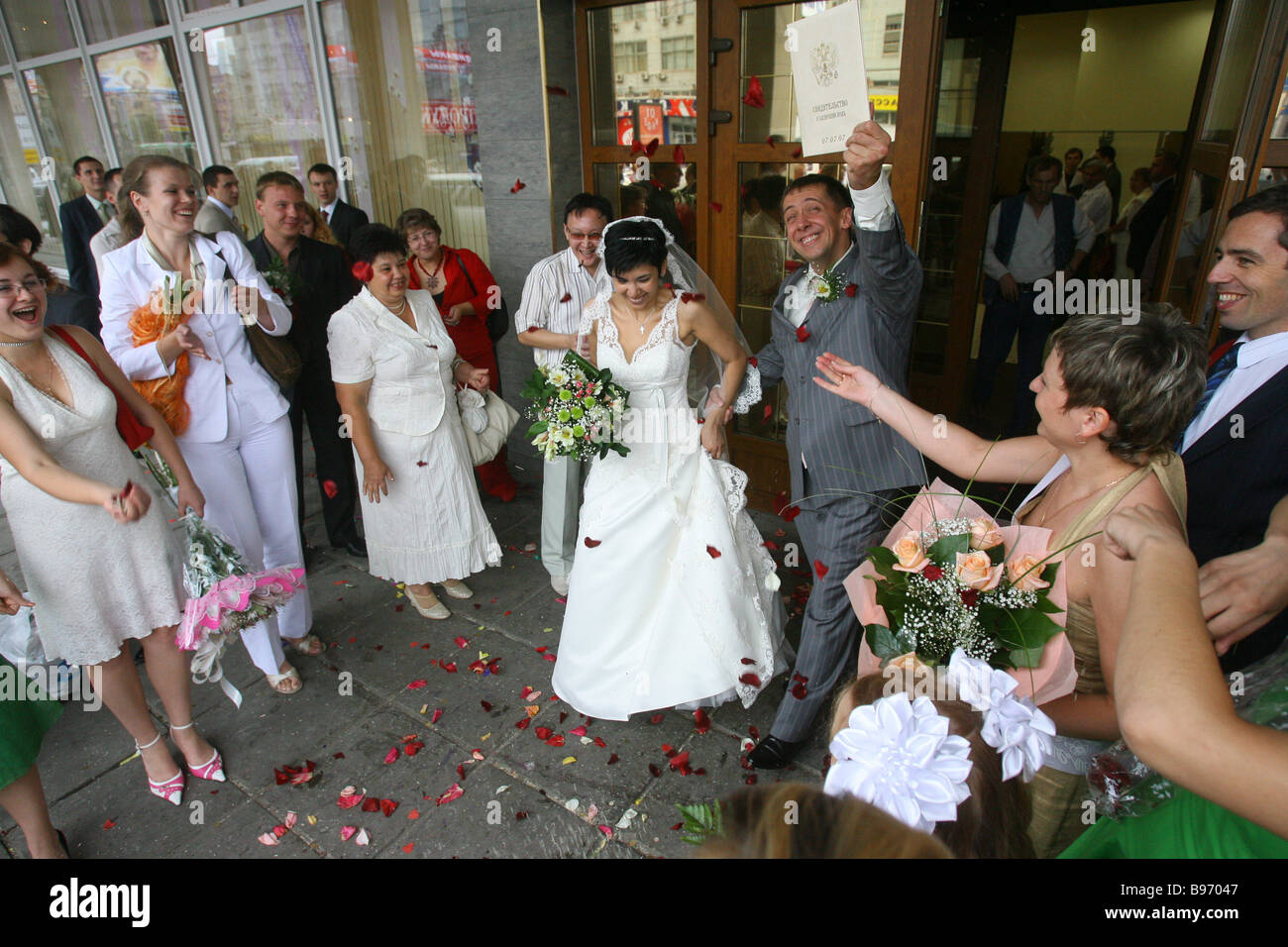 Muscovites deem July 7 2007 an auspicious day for a wedding with its three 7 s A couple at the entrance of Wedding - Stock Image