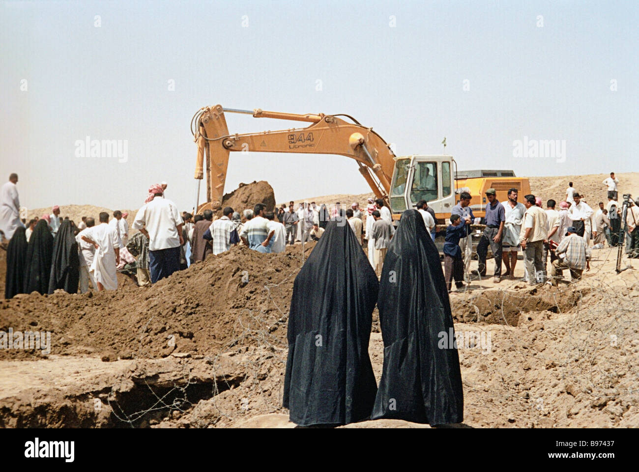 Excavating dozens of secret graves containing the remains of Shiites executed in 1991 by the Saddam Hussein regime - Stock Image