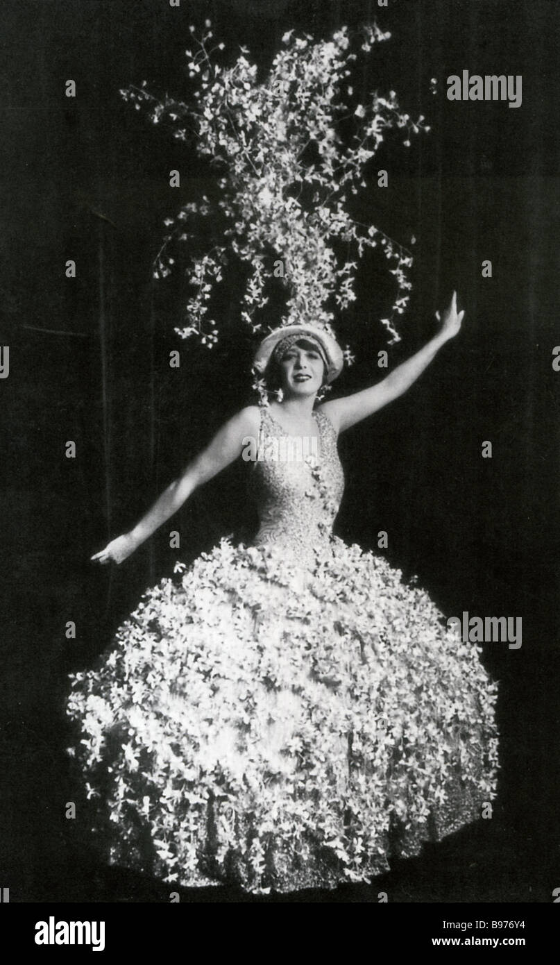 MISTINGUETT  Stage name of Jeanne Marie Bourgeois French showgirl and actress 1874 to 1956 - Stock Image