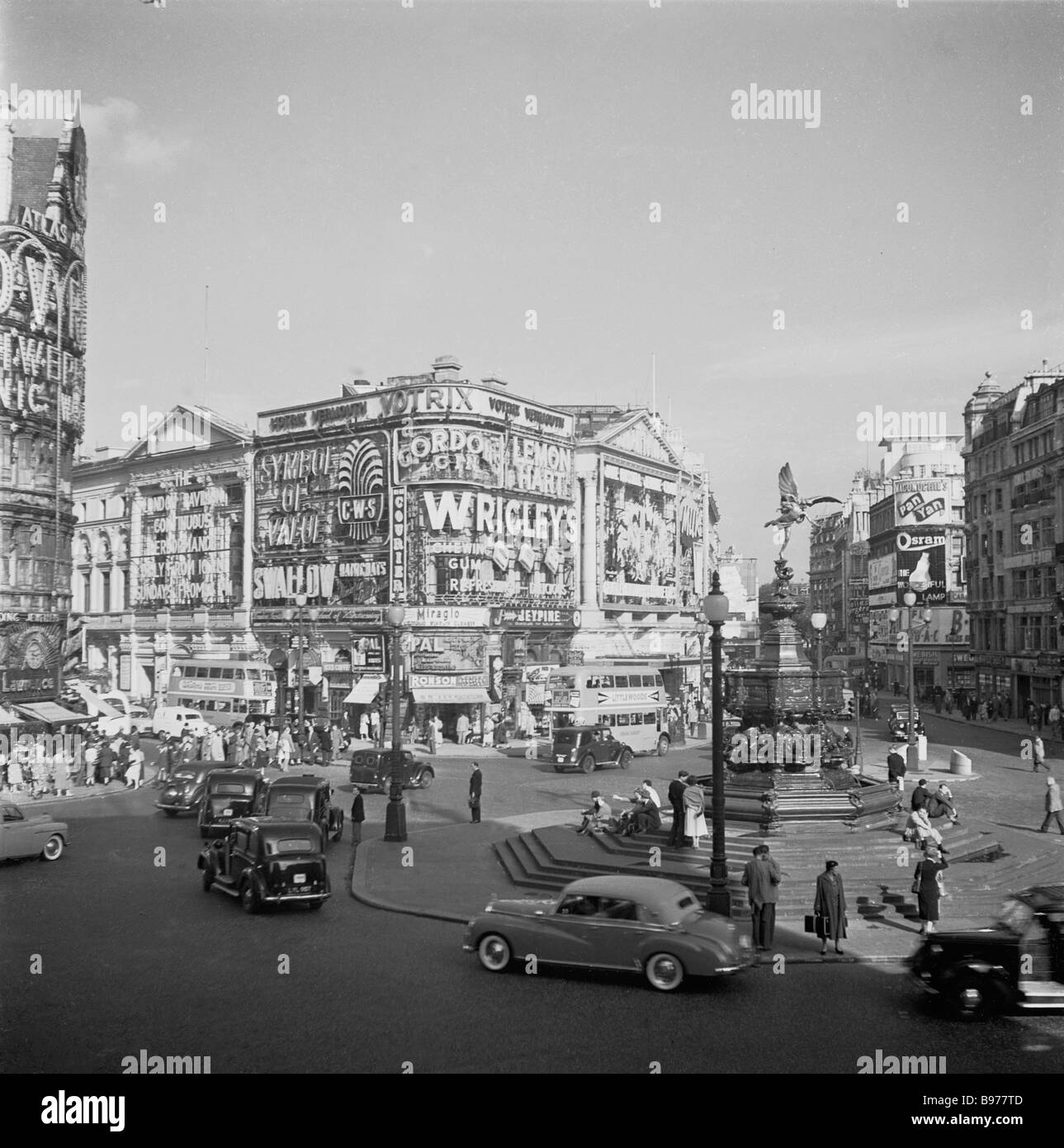 The iconic Piccadiilly Circus, London England, 1950 when it was a working roundabout, looking towards Shaftesbury - Stock Image