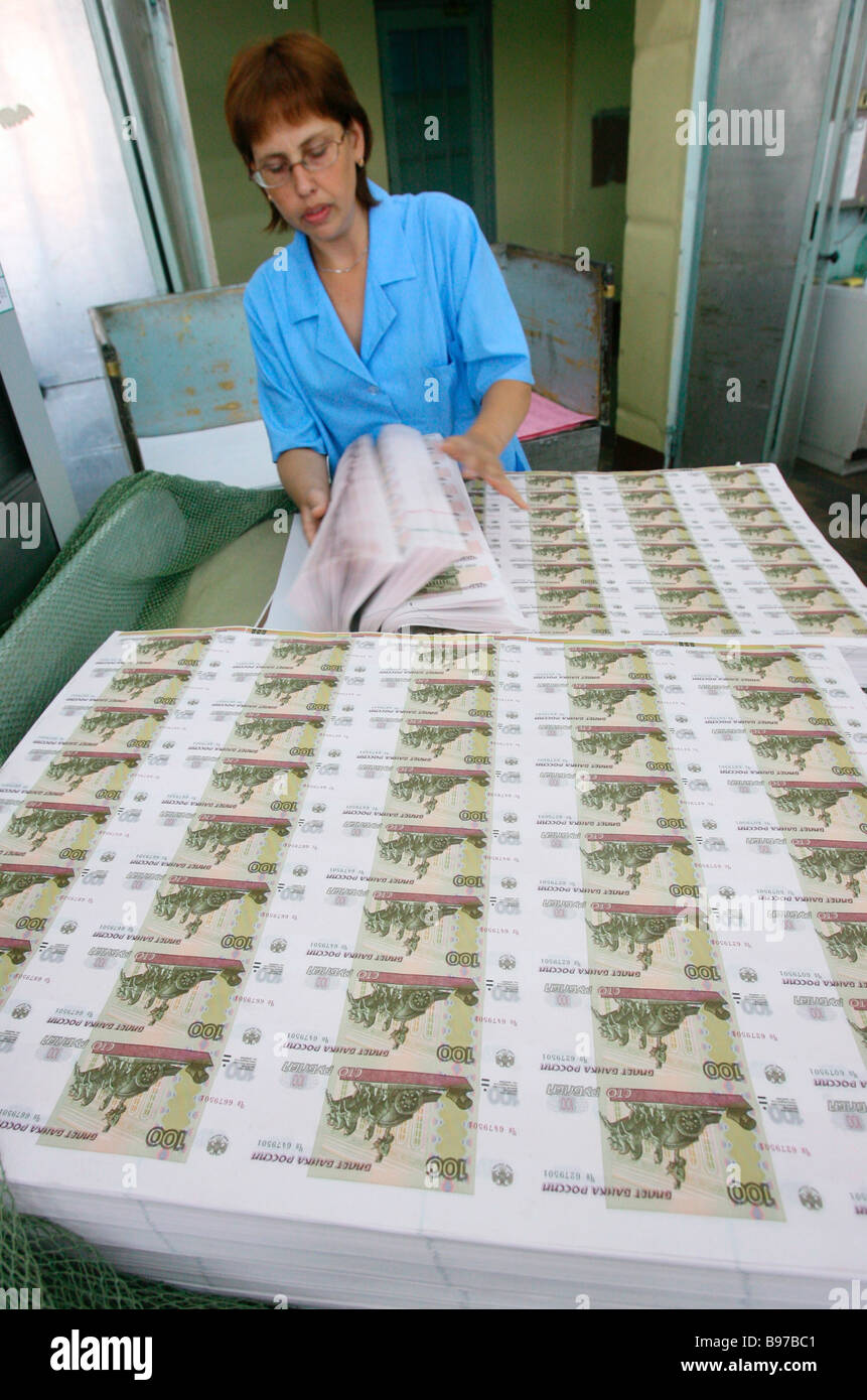 Sorting sheets of hundred ruble bills at Moscow s Goznak printing factory - Stock Image