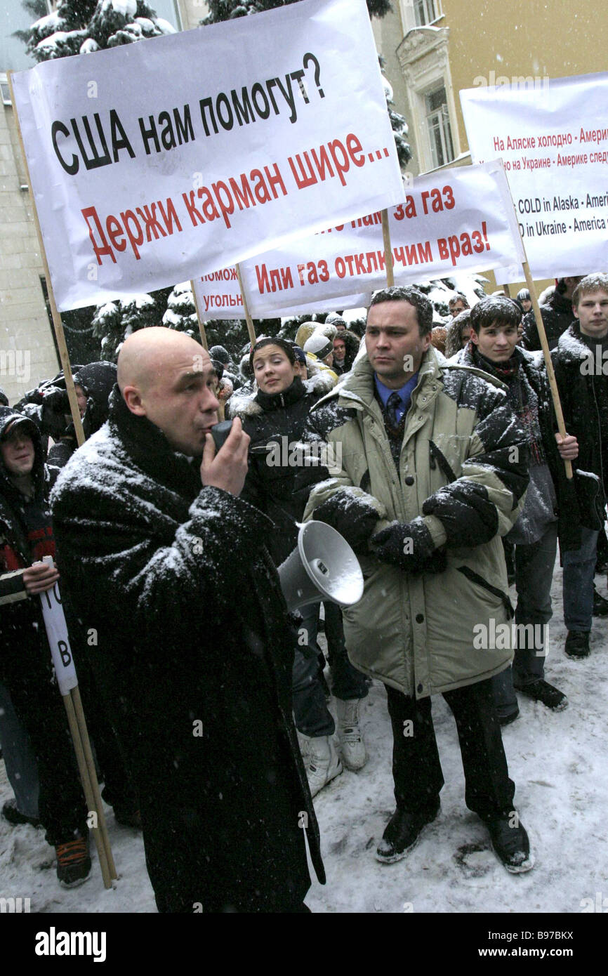 Protesting against Kiev s position on the gas issue in front of the Embassy of Ukraine - Stock Image