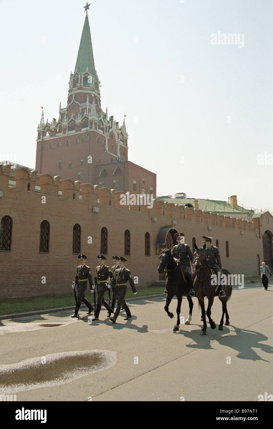 Guards of honor standing next to the Kremlin wall - Stock Image