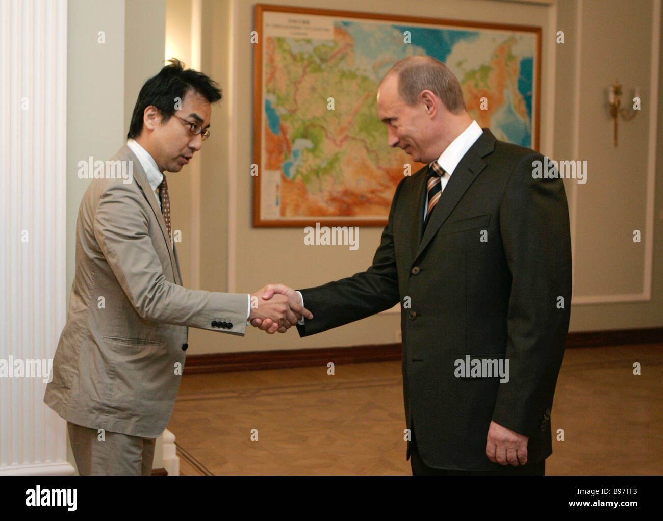 Yasuhiko Ota Editorial Writer of Japan s Nihon Keizai Shimbun and Russian President Vladimir Putin left to right - Stock Image