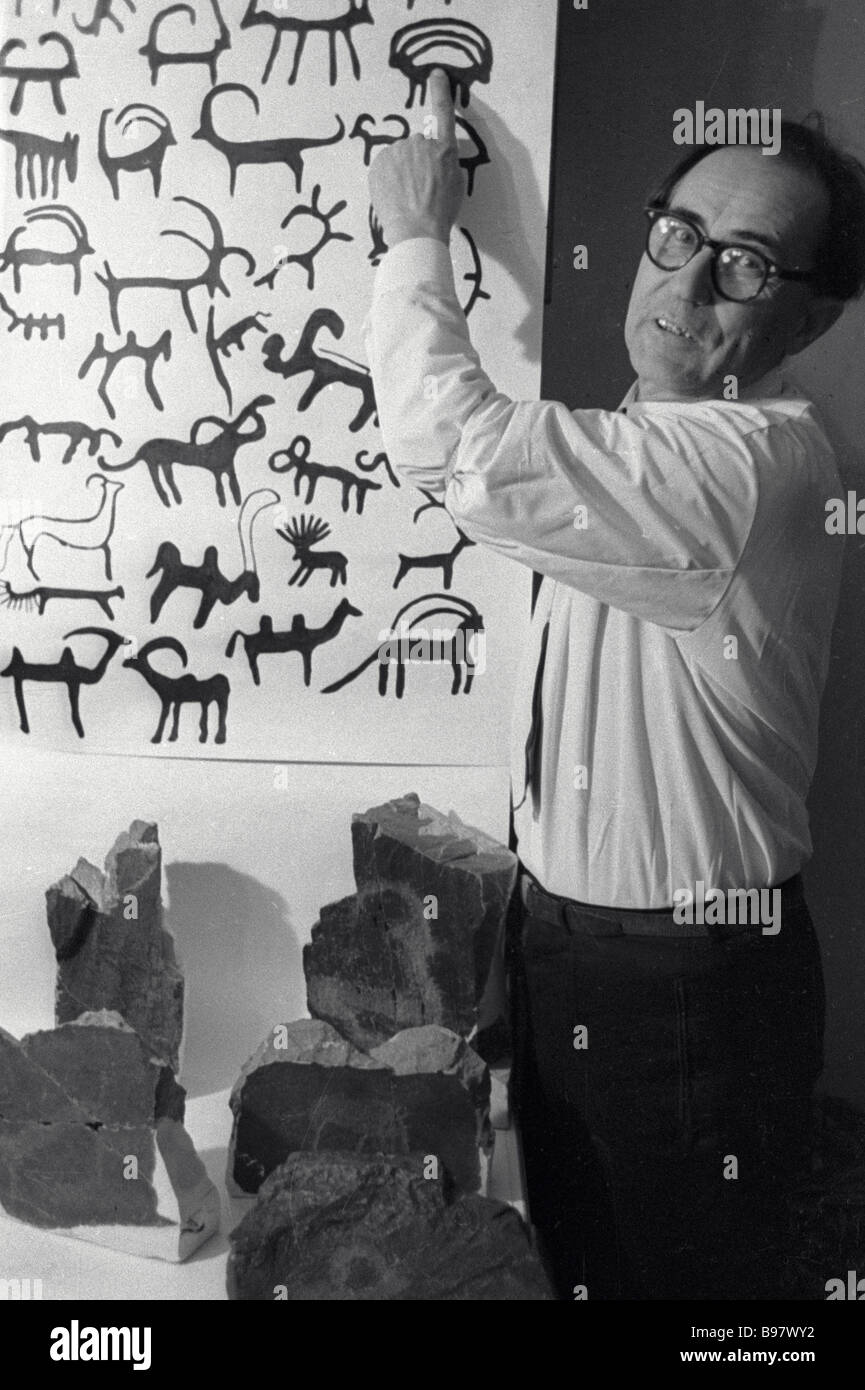 Professor Pavel Marikovsky of the Zoology Research Institute displays his collection of comic rock graffiti - Stock Image