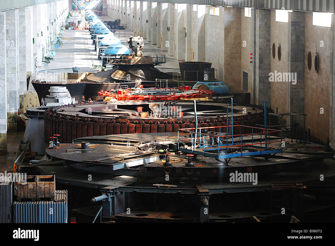 The main generator hall at the Nizhnekamsk hydro electric station - Stock Image